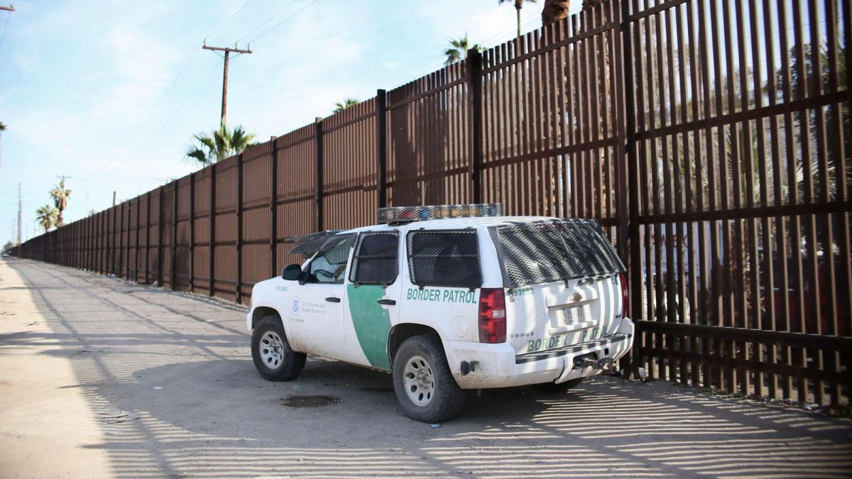 Muere agente de la Patrulla Fronteriza mientras rastreaba a un grupo de inmigrantes