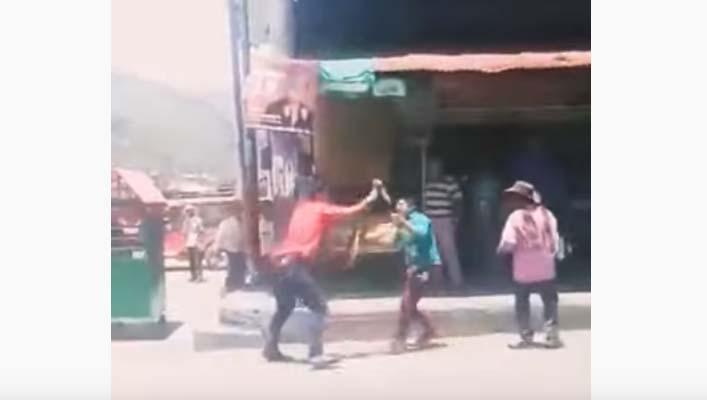 Varias personas grabaron la pelea, más no detuvieron a los hombres.