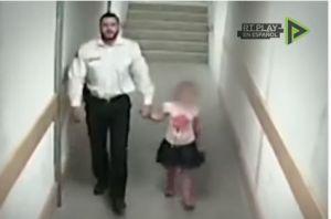 Policía se acerca a ayudar a niña de 3 años pero termina haciendo con ella algo imperdonable