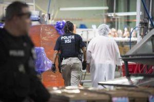 Les llega la hora a indocumentados detenidos en redadas de ICE en Mississippi