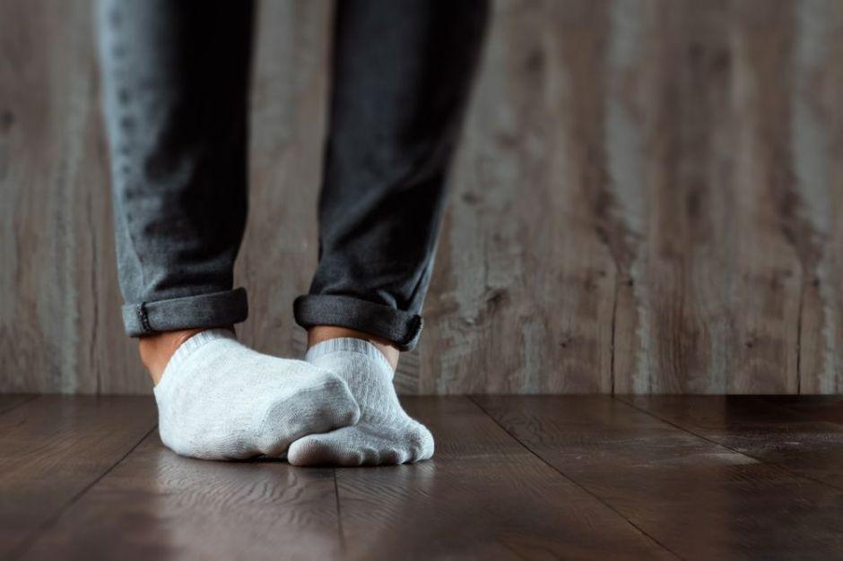 ¿Tienes mal olor en los pies? Quítate los zapatos con confianza eliminando el olor con estos 4 productos