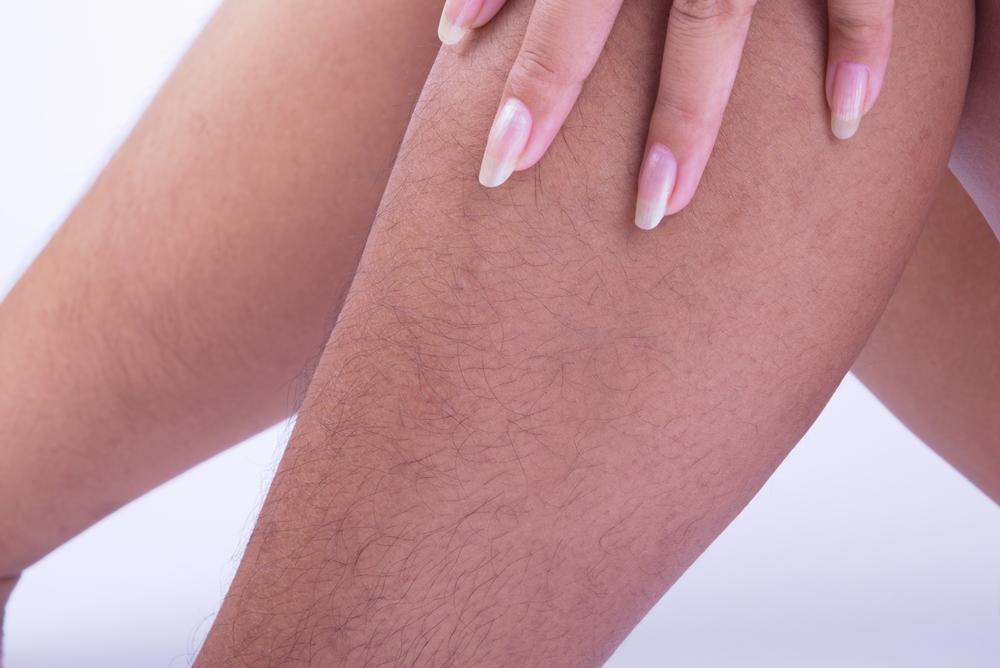 La mujer fue criticada por tener vello en sus piernas.