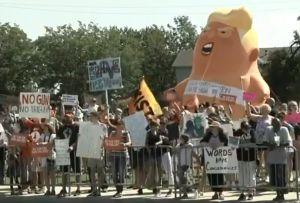 """Protestas y el """"bebé Trump"""" reciben a Donald y Melania en Dayton tras tiroteo"""