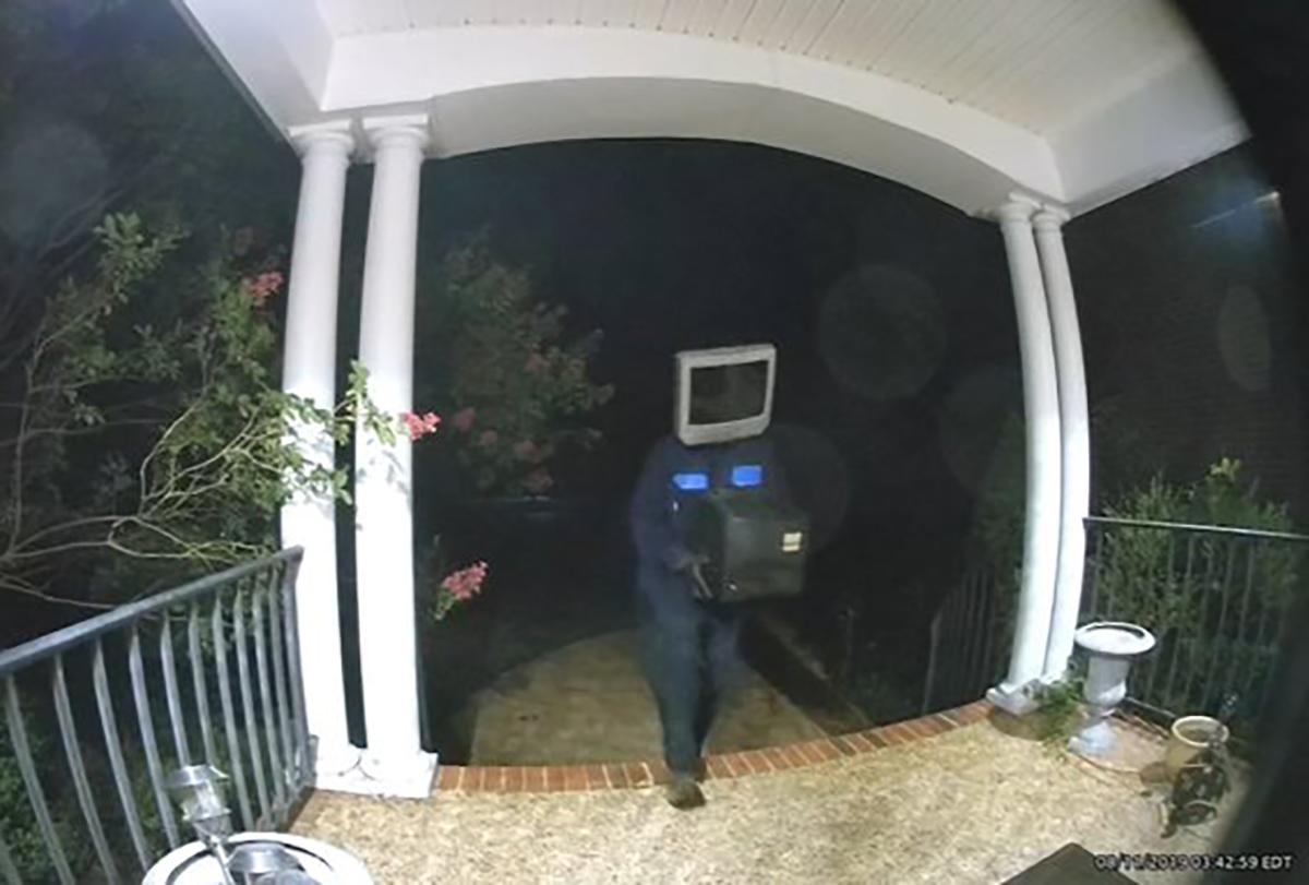 El misterio sobre el hombre que deja televisores frente a viviendas en Virginia