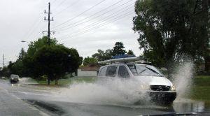 ¿Arruino mi auto si cruzo charcos profundos de agua?