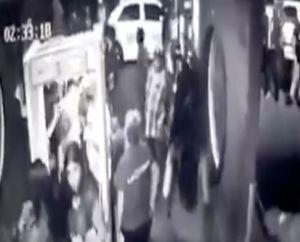 VIDEO: Sicario del narco asesina a policía en entrada de centro nocturno de Tijuana