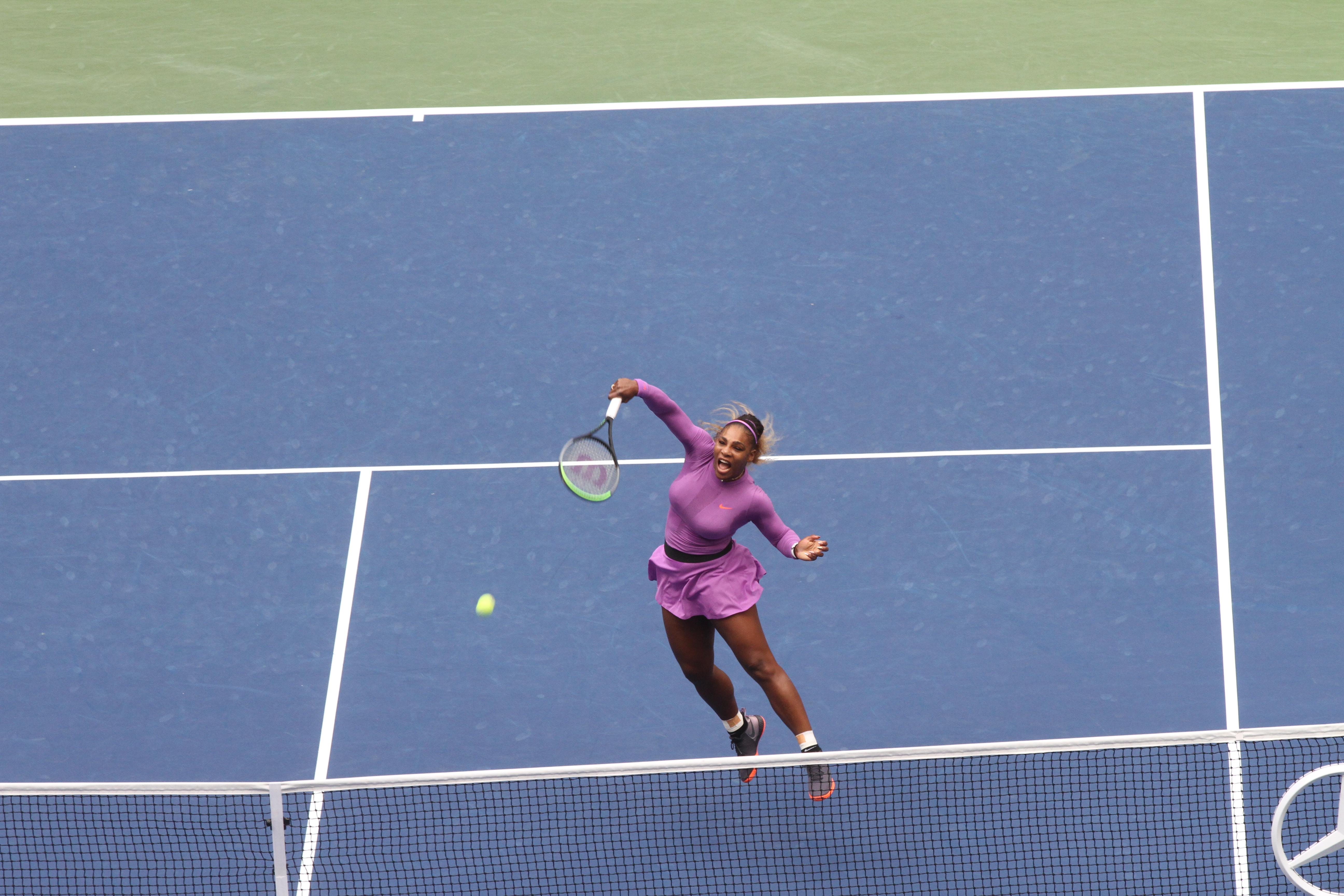 Un smash de Serena Williams en la red. / Foto: Mariela Lombard, El Diario NY