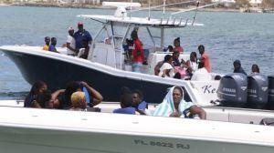 Huracán Dorian: miles intentan abandonar los estragos causados por el ciclón en las Bahamas