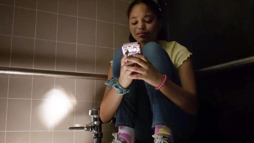 """Tiroteos en escuelas de EE.UU.: el impactante video que pretende reflejar """"la horrible realidad"""" que enfrentan los estudiantes"""