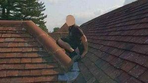 Trabajador sube al tejado a arreglarlo, pero se baja los pantalones y hace algo muy desagradable