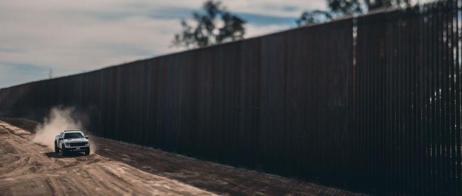 Cómo el muro de 30 pies de Trump avanza en la frontera de Arizona y California con México