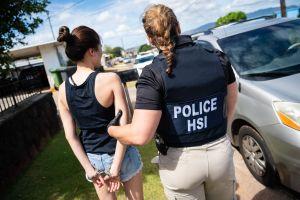 """Juez declara """"inconstitucional"""" el principal programa de ICE para deportar inmigrantes"""