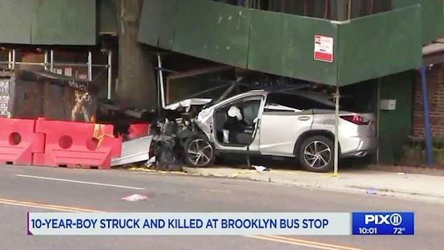 Niño murió arrollado en la acera mientras esperaba el autobús en Nueva York