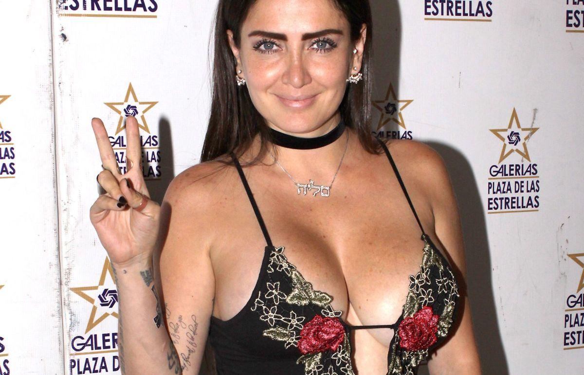 Side boob: los gigantescos atributos de Celia Lora no pudieron ser contenidos por su traje de baño