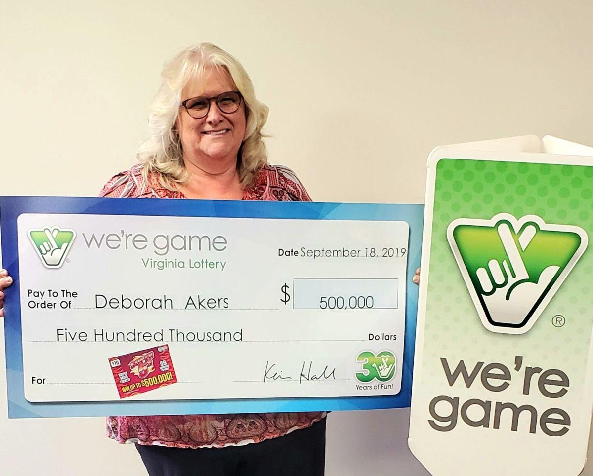 Deborah Akers con su premio de la lotería.