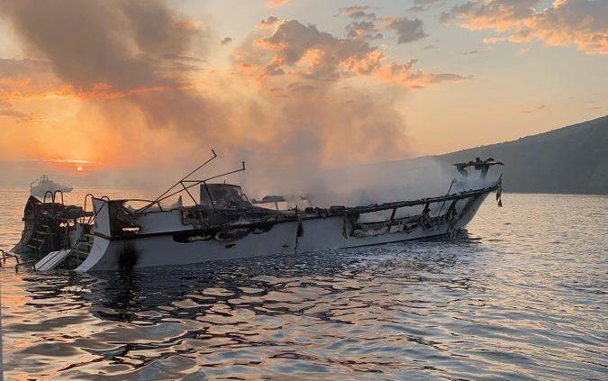 Al menos 8 muertos por barco incendiado en isla de Santa Cruz; 26 desaparecidos
