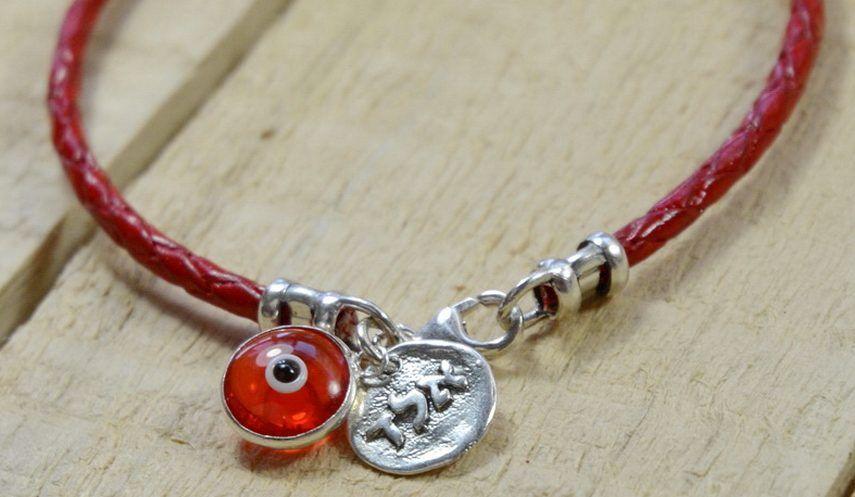 4 pulseras de hilo rojo con símbolos de la suerte para usar en tu día a día