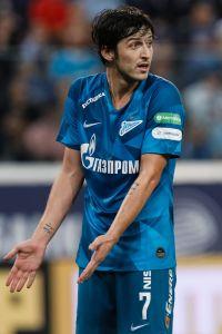 Jugador del Zenit hace berrinche y lo sacan cargando de la cancha