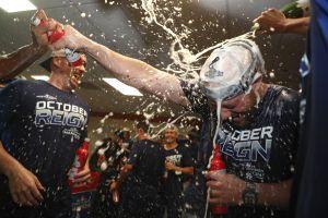 Los Dodgers son el primer equipo en destapar las botellas de champaña