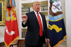 Trump bajo presión reconoce que busca identificar al informante que reveló escándalo de Ucrania