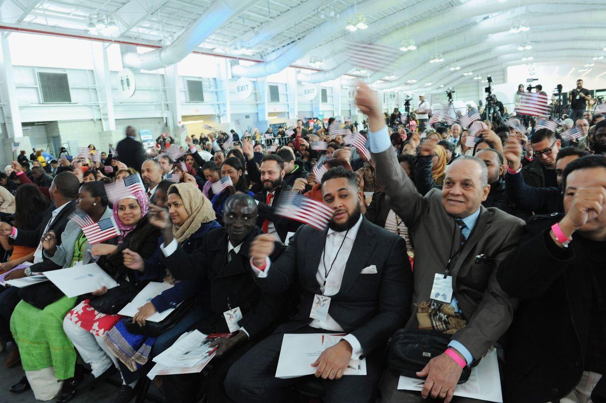 Inmigrante esperó 3 años para obtener ciudadanía; la pierde en segundos por negarse a un apretón de manos