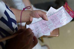 Este hombre tuvo que hacer dos viajes a la oficina de la lotería y cada uno por $100,000