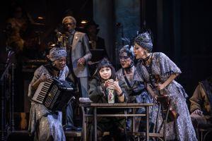 Dos latinas hacen gala de sus dotes en el musical 'Hadestown'