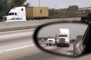 Estadounidense llevaba a 53 inmigrantes hispanos hacinados en su camión a 105 grados