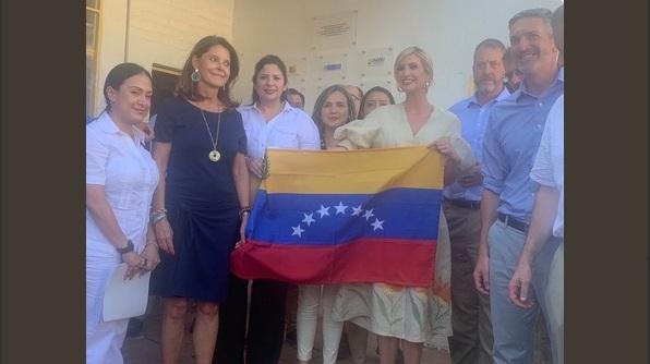 Ivanka Trump se reunió con el exilio venezolano en Colombia y posó con bandera de 7 estrellas
