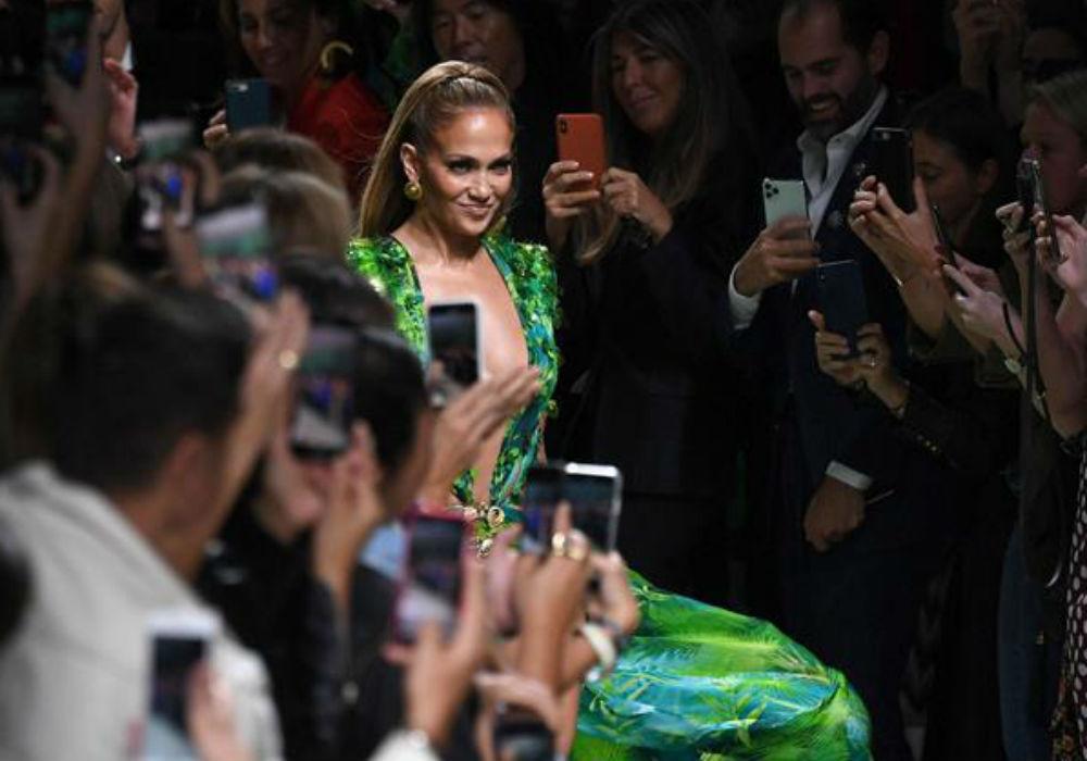 """Las múltiples veces que Jennifer Lopez ha reinventado el famoso """"vestido verde"""""""
