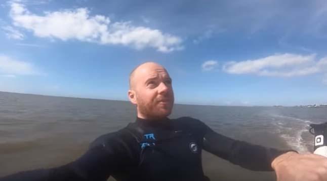 Meteorito le pasa por detrás a surfista, y él ni cuenta