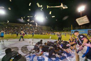 Llueven billetes en partido de futbol en Las Vegas