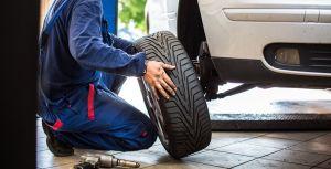 ¿Cómo podemos calcular la velocidad de las ruedas de un auto?