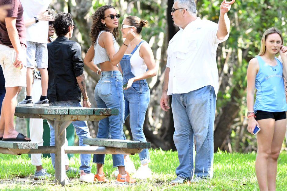 Jennifer López junto a Marc Anthony y su nueva novia, en un evento escolar de su hija Emme