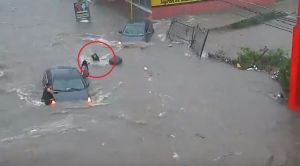 "Alcantarilla se ""traga"" a mujer durante inundación en Sinaloa"