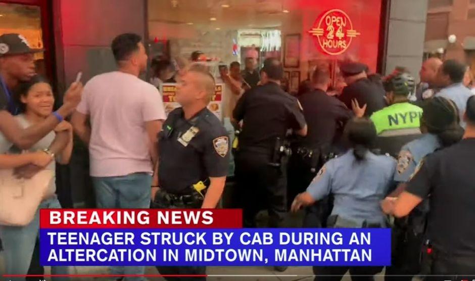 """Joven """"golpeado"""" por taxi generó trifulca; alumnos arrestados y policías heridos en Midtown"""