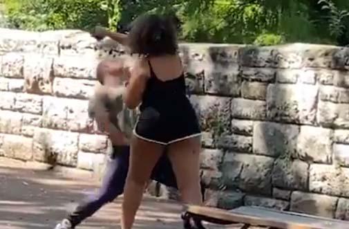 Mujer intenta desbloquear el celular del novio y se forma la grande en pleno parque