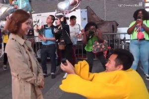 Le pide matrimonio a su novia disfrazado de Pikachu en Times Square y se vuelve viral