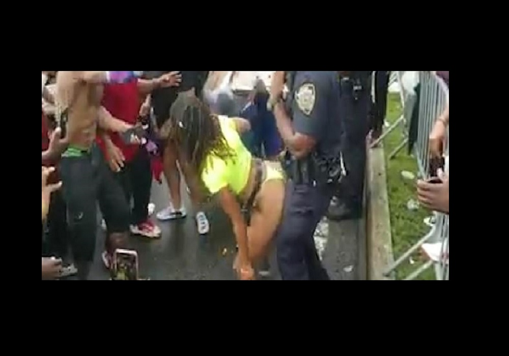 Uno de los policías en pleno twerking.
