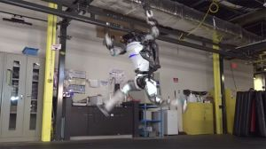 VIDEO: Empresa logra que un robot haga rutinas de gimnasia