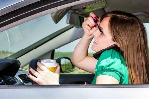 ¿Qué tipos de distracciones más comúnmente nos alteran al conducir y cómo evitarlas?