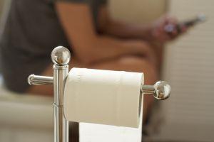 Usar el móvil en el baño puede causarte estos serios problemas de salud