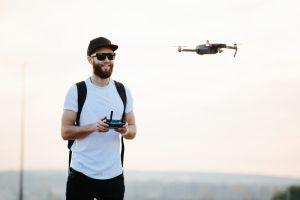 Hombre usa un drone para lanzar explosivos sobre la casa de su novia