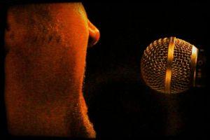 """""""Todos estaban atónitos"""". Un hombre toma un micrófono en un bar y canta que mató a su novia"""