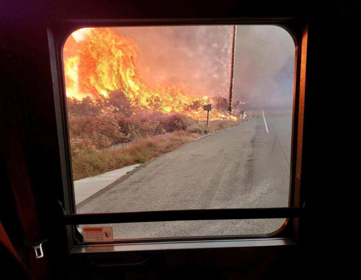 Bomberos ganan terreno en incendio Tenaja