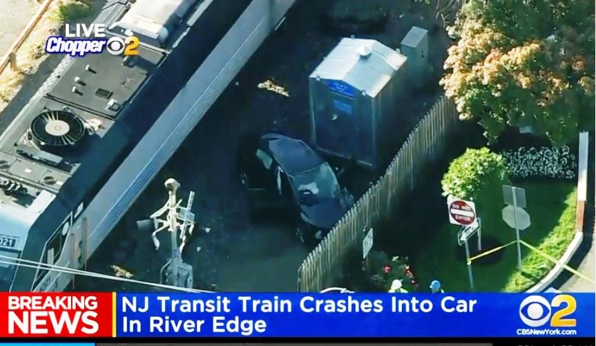 Chocan auto y tren con 400 pasajeros en Nueva Jersey: dos heridos graves