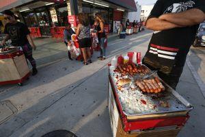 Vendedor ambulante de hot dogs que se metió a vender entre los enojados seguidores de Trump es de Puebla