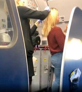 Pasajero borracho le vomita en el cabello, no creerás lo que hizo la tripulación de vuelo