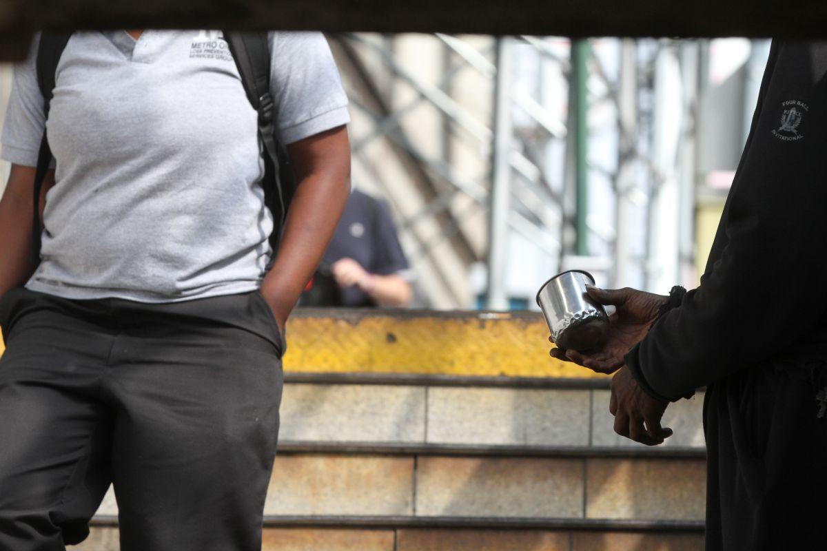 Menor dominicano pide ayuda para salir de la casa que construyó con madera y zinc sobre un árbol