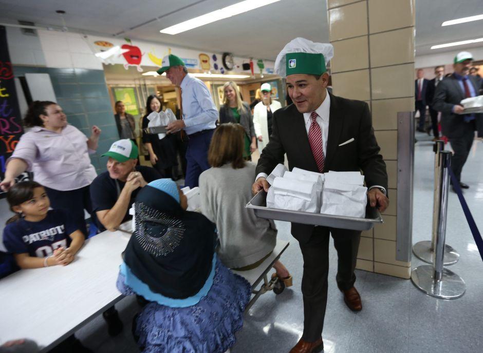 Exigen a la Administración Trump que no le quite la comida a estudiantes de NY
